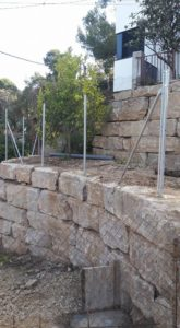 Perforación vertical con inclinación en muro de piedra