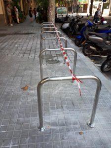 Colocación de mobiliario urbano en BCN aparcabicis