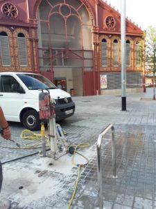 Colocación de mobiliario urbano en BCN